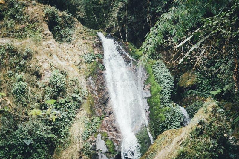 蝴蝶瀑布或七姐妹瀑布与山景关闭,在途中对Lachung甘托克锡金由深围拢了 库存照片