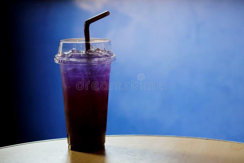 蝴蝶豌豆和柠檬汁 免版税库存照片