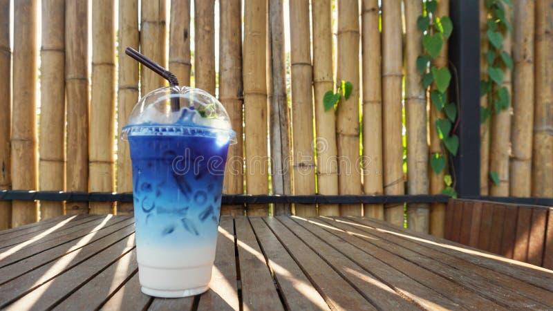 蝴蝶豌豆汁用牛奶 免版税库存图片