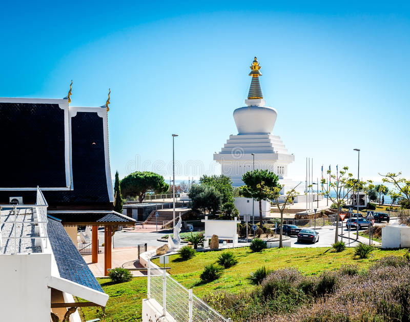 蝴蝶公园天视图和佛教Stupa在Benalmadena 免版税库存图片