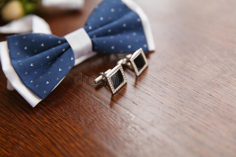 蝶形领结和链扣新郎的 免版税库存图片