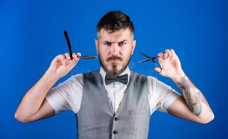 蝶形领结的不剃须的理发师 修饰在早晨的商人 完善的胡子 o 有胡子行家举行刮 免版税图库摄影