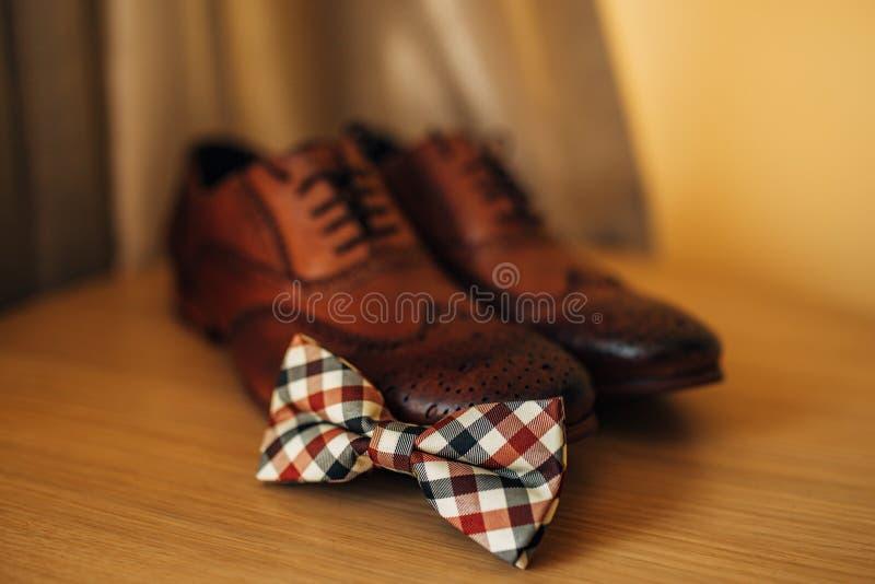 蝶形领结和棕色鞋子 免版税库存图片