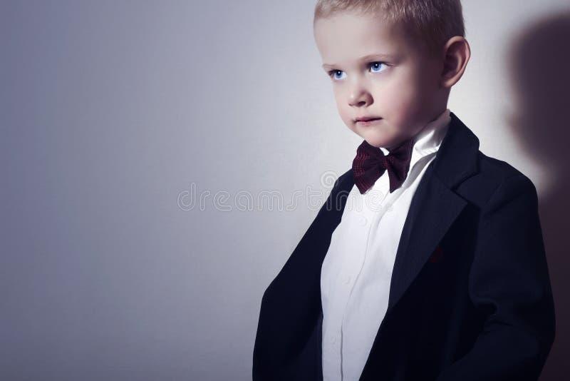 蝶形领结的时兴的小男孩。时髦的孩子。时尚孩子。4岁黑衣服的儿童 免版税图库摄影
