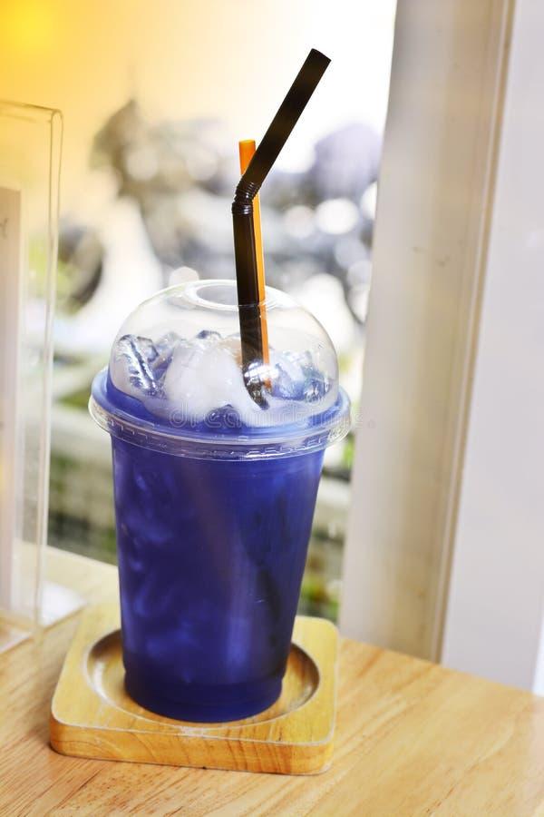 蝴蝶豌豆与冰的冰或蝴蝶豌豆汁在杯子plast 免版税库存照片