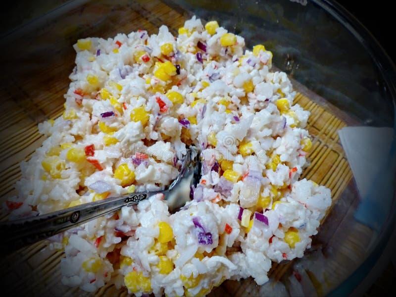 螃蟹沙拉用玉米-许多年它取悦恋人吃可口地 特写镜头 库存图片
