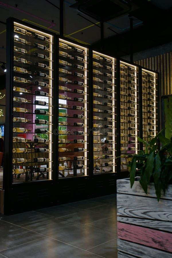 融合样式咖啡馆内部与金属酒架子 库存图片
