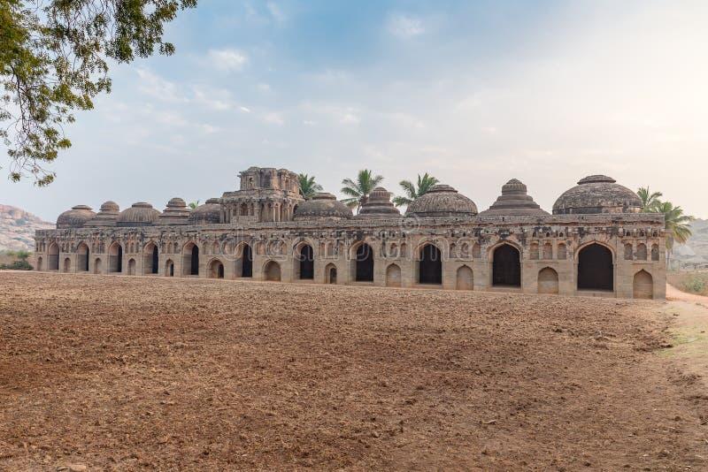 融合的样式纪念碑大象槽枥,亨比,卡纳塔克邦 免版税图库摄影