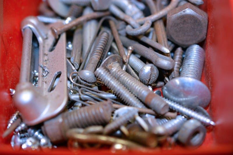 螺丝、坚果、螺栓和钉子在容器 免版税库存图片