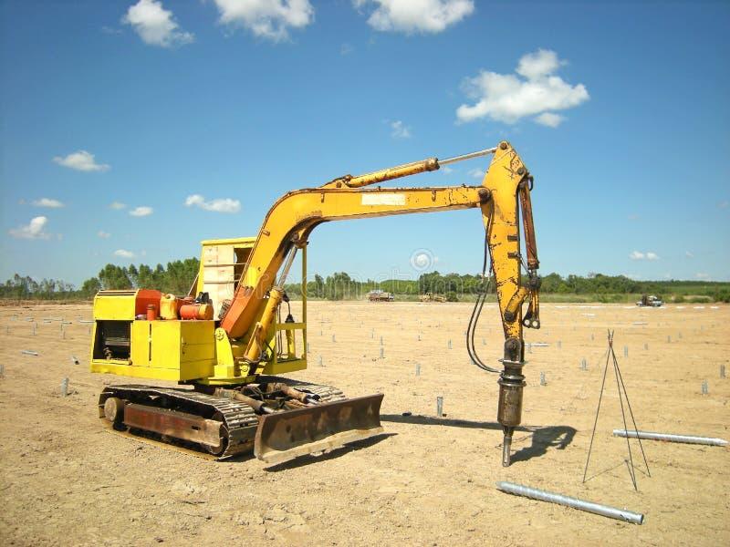 螺丝打桩机器光致电压的太阳农场 免版税库存图片