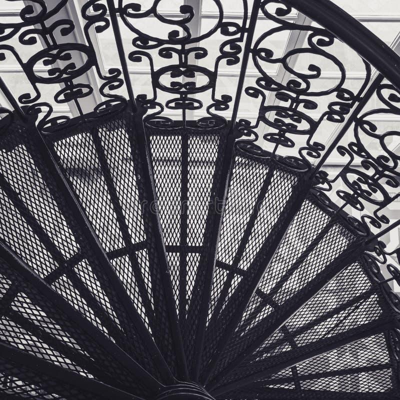 螺旋台阶钢楼梯华丽装饰建筑学细节 库存照片