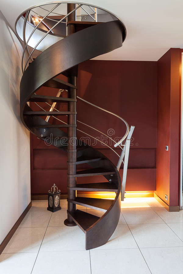螺旋形楼梯在一个现代豪华房子里 库存照片