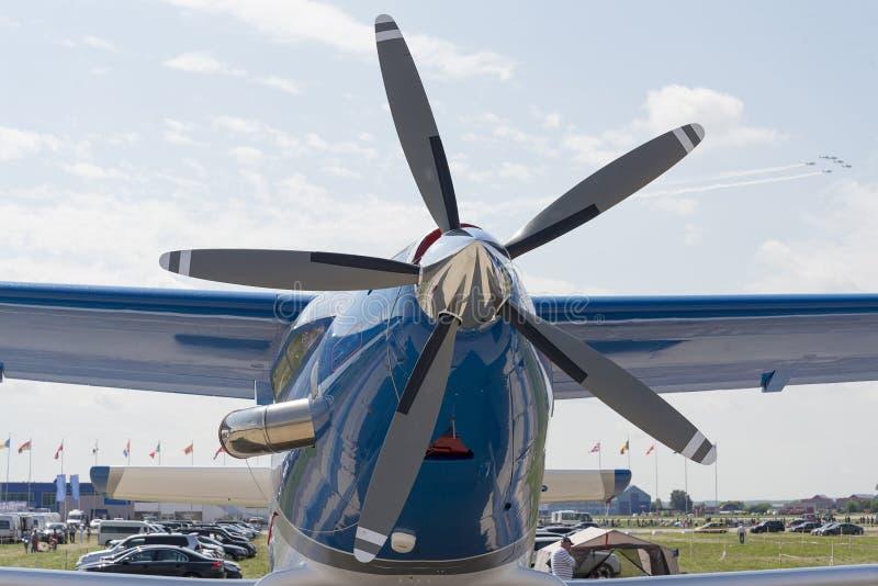 螺旋槳推進式飛機關閉在陳列圖片