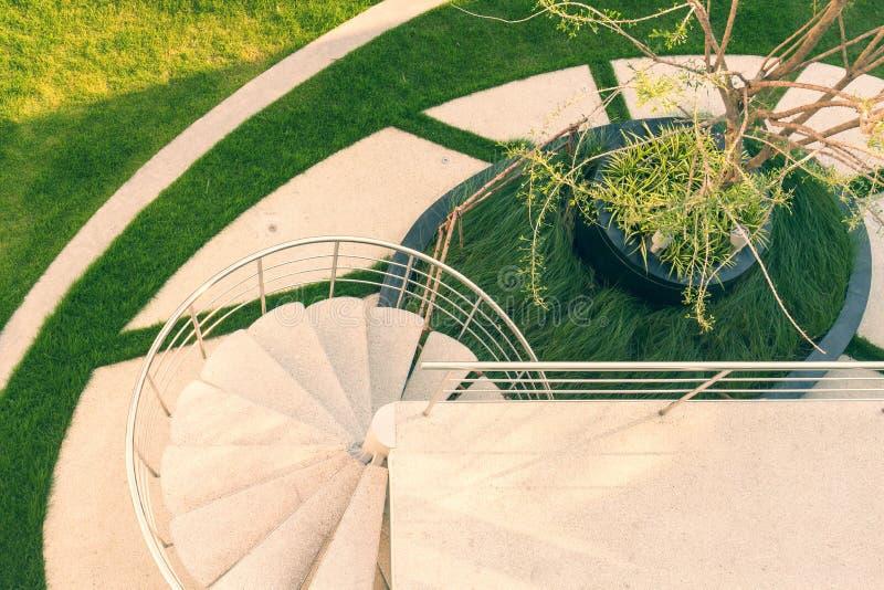 螺旋楼梯在屋顶装饰庭院里 免版税库存照片