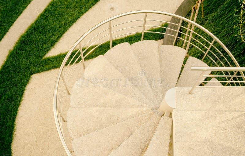 螺旋楼梯在屋顶装饰庭院里 库存照片