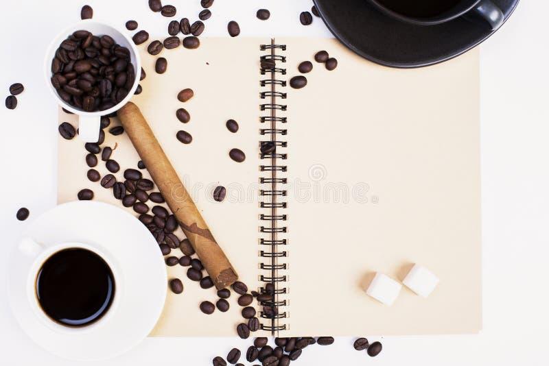 螺旋笔记薄、咖啡和雪茄 免版税图库摄影