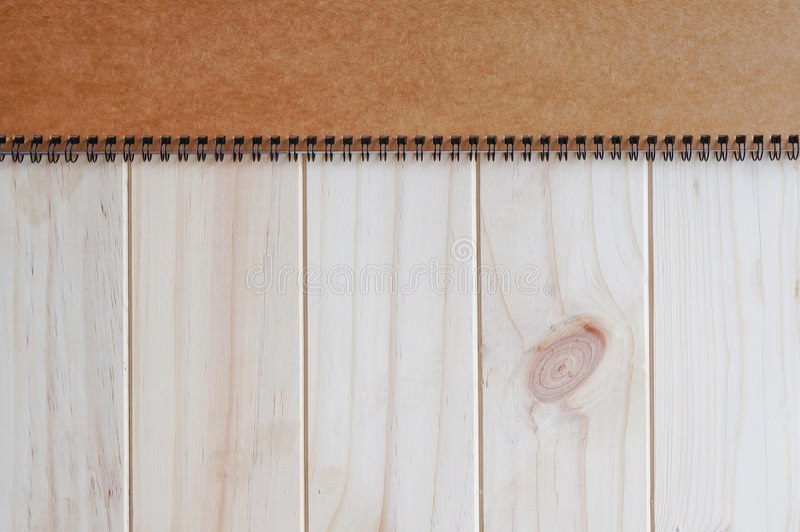 螺旋装订的笔记薄空的空白的棕色首页盖子在木背景的 免版税库存图片