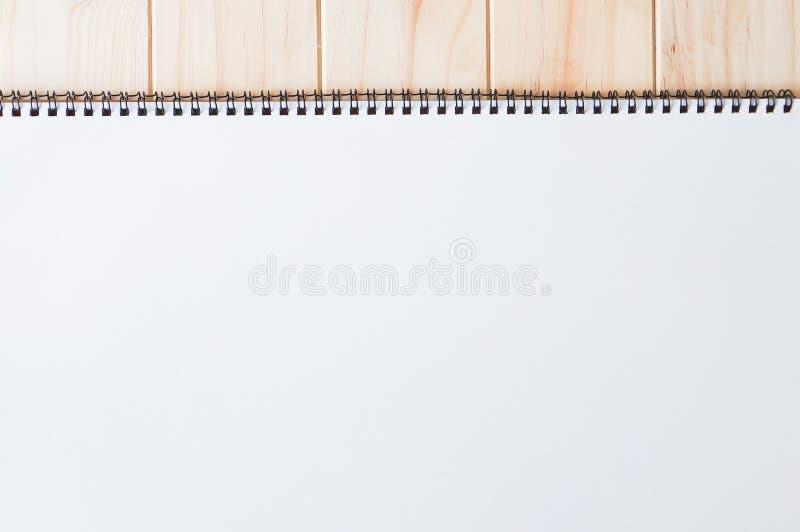 螺旋装订的笔记薄空的空白的白色首页盖子在木背景的 免版税库存图片