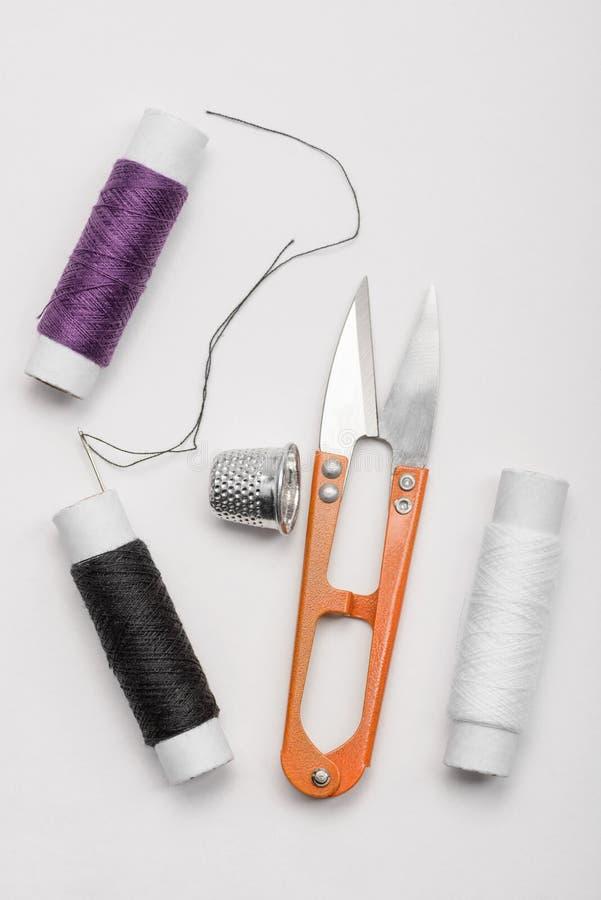 螺纹、针、顶针和剪刀 库存照片
