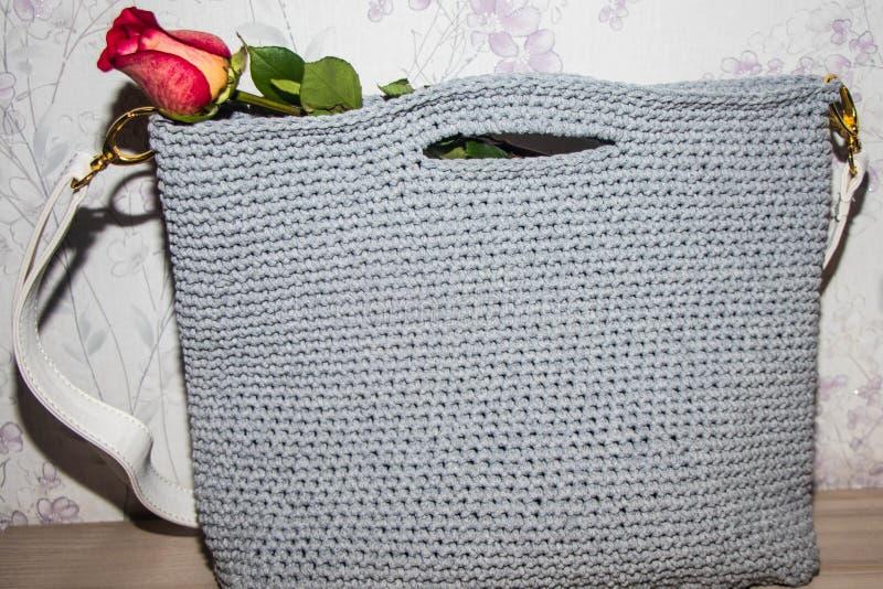 螺纹一个灰色丝球,在袋子的后面部分, 免版税图库摄影