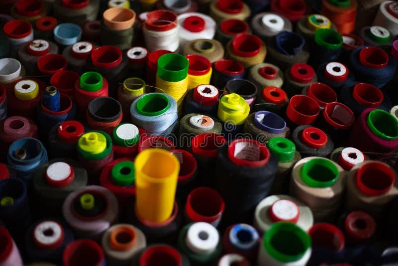 螺纹不同的五颜六色的丝球  免版税库存图片