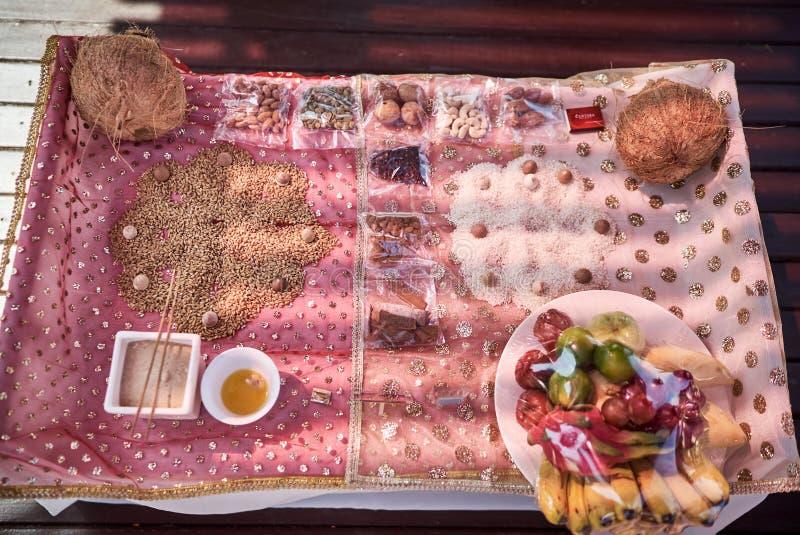 螺纹仪式的, pooja Puja印地安婚礼祷告项目,集中于颜色力量盘子  免版税库存图片