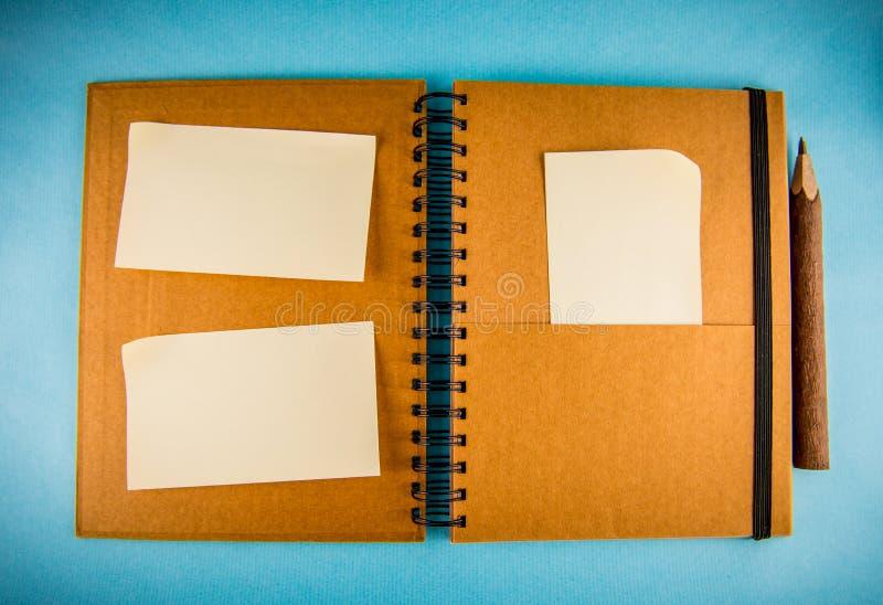 螺纹笔记本和稠粘的纸 免版税库存图片