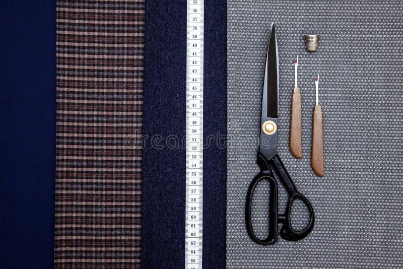 螺纹织品羊毛缝合的人笼子蓝色挑选设计工作室剪裁许多不同的事颜色卷尺剪刀 图库摄影