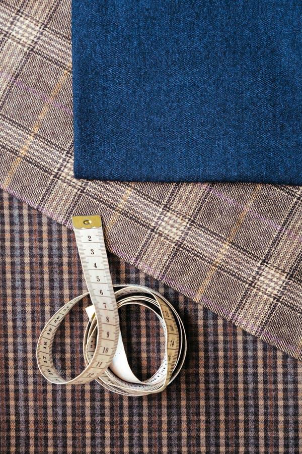 螺纹织品羊毛缝合的人笼子蓝色挑选设计工作室剪裁许多另外事颜色卷尺 免版税库存照片
