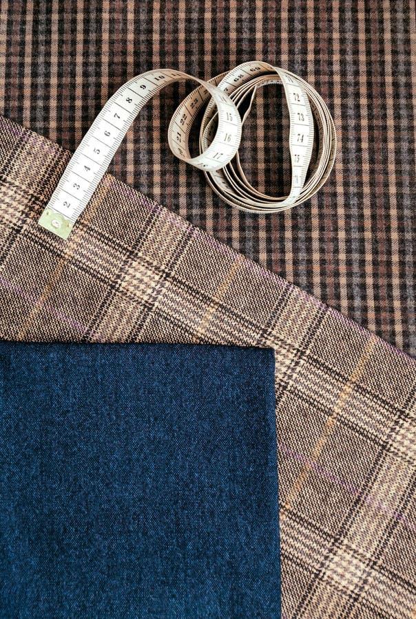 螺纹织品羊毛缝合的人笼子蓝色挑选设计工作室剪裁许多另外事颜色卷尺 库存照片