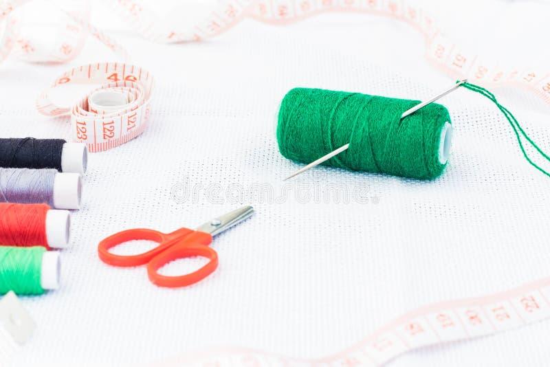 螺纹绿色短管轴与针和剪刀的 免版税库存照片