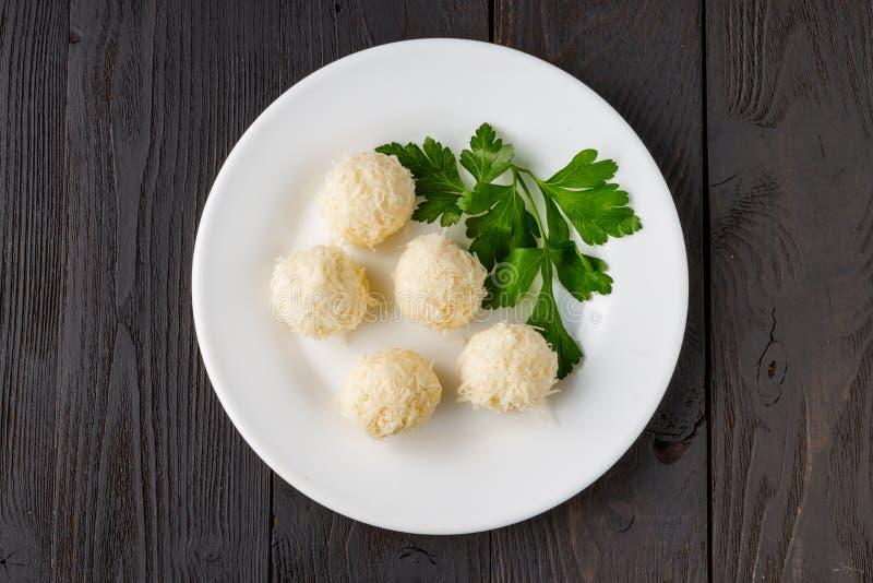 蟹肉馅奶酪球是俄罗斯传统的圣诞和新年派对小吃 库存图片
