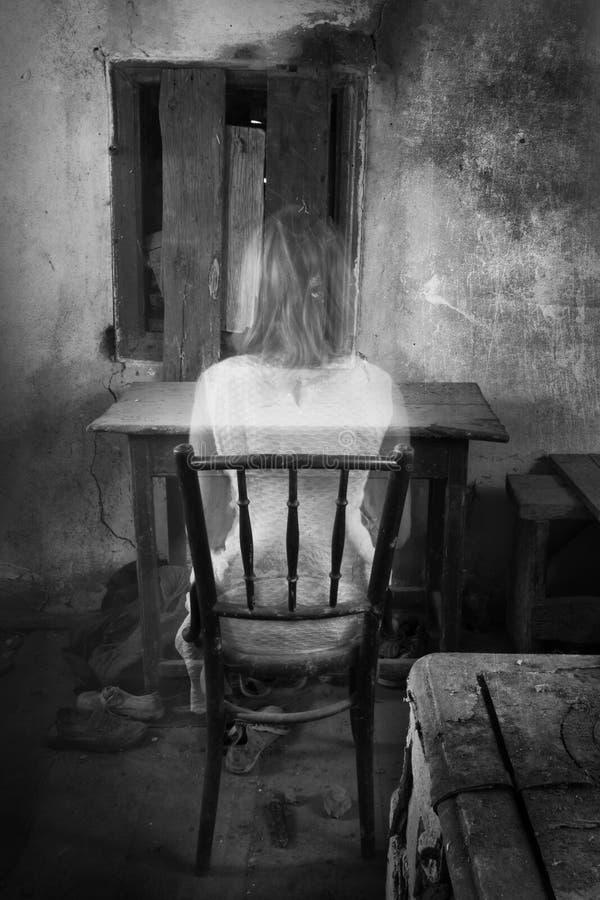 蠕动的老内部的恐怖女孩 库存图片