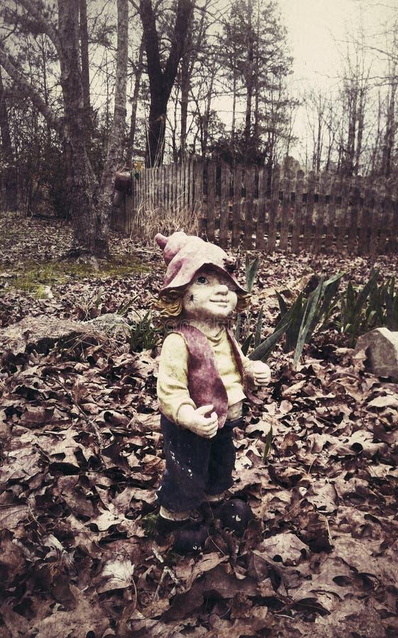蠕动的草坪男孩雕象 库存照片