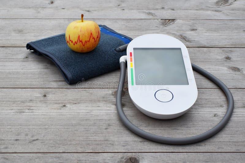 血压测量设备和苹果 免版税图库摄影