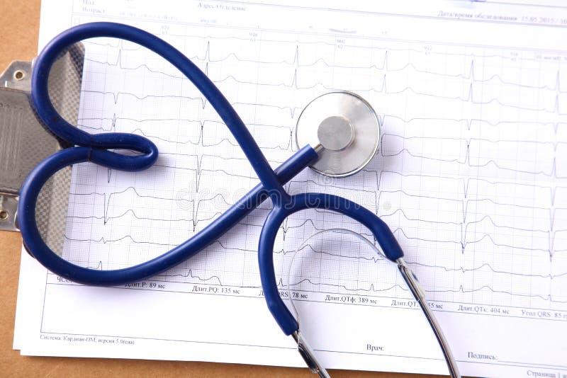 血压米和听诊器,在白色 免版税库存图片
