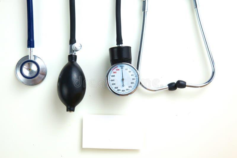 血压米和听诊器,在白色 免版税图库摄影