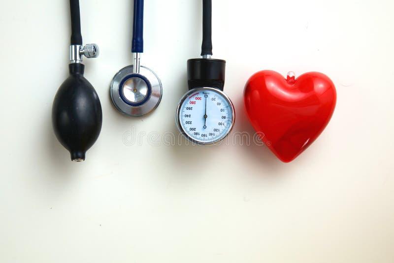 血压米和听诊器,在白色 免版税库存照片