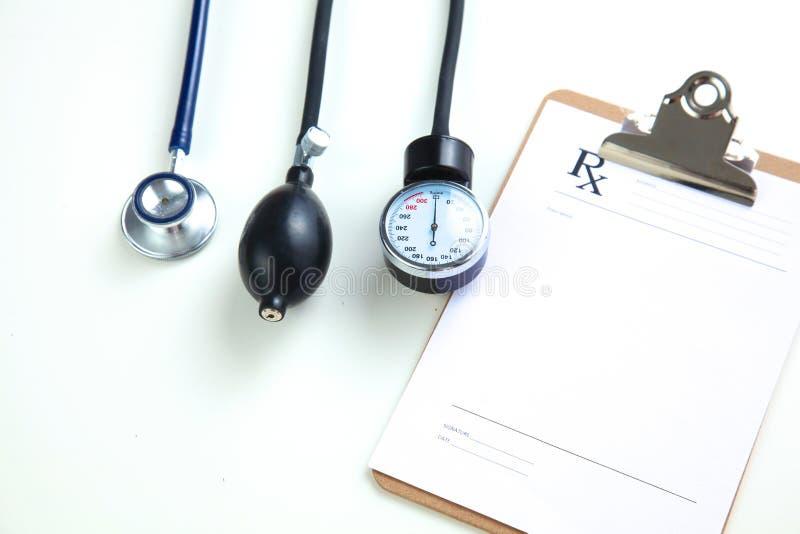 血压米和听诊器,隔绝在白色 库存图片