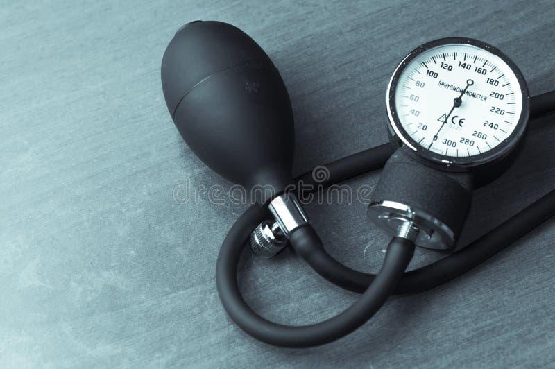 血压计在木桌上的血压米 免版税图库摄影