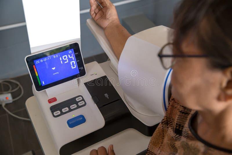 血压 数字血压,血压的自测量 检查血压与一现代数字equi 库存图片
