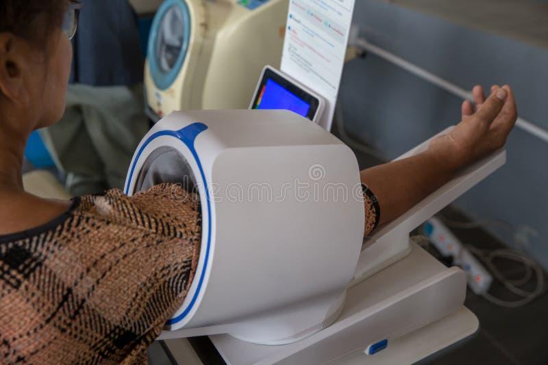 血压 数字血压,血压的自测量 检查血压与一现代数字equi 免版税库存照片