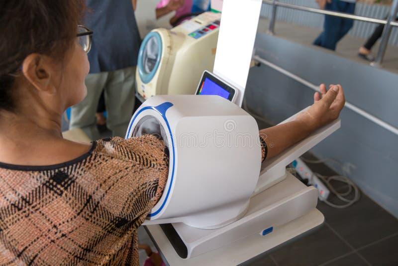 血压 数字血压,血压的自测量 检查血压与一现代数字equi 免版税图库摄影