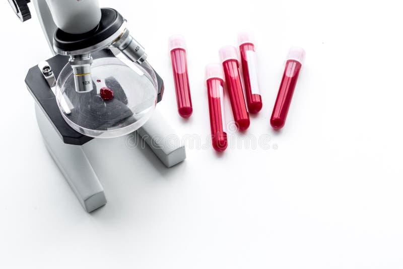 血液分析在clinacal实验室 在显微镜附近的试管在白色背景顶视图拷贝空间 库存图片