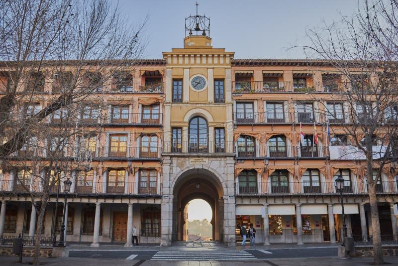 血液曲拱在方形的Zocodover的在日出在托莱多,西班牙 免版税库存照片