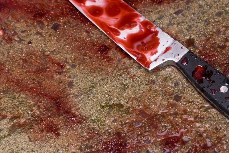 血液被浸泡的刀子 免版税库存照片