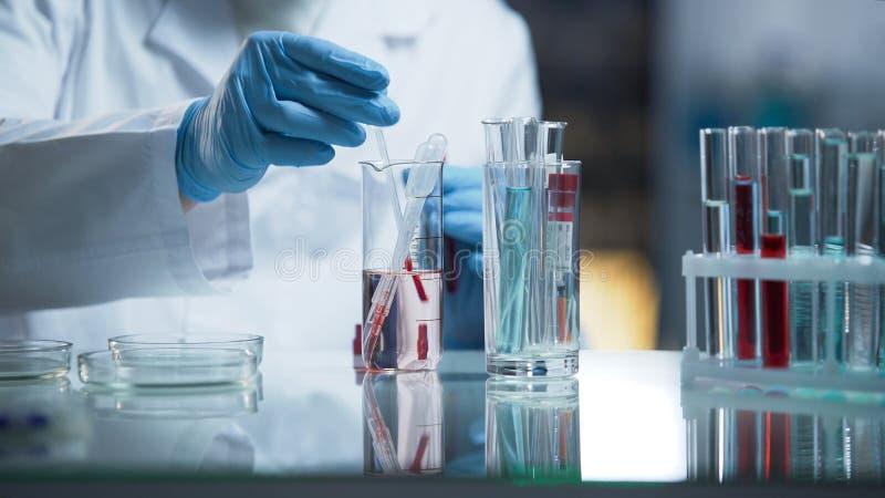 血液,专家现代医学实验室举办的研究在工作 库存照片