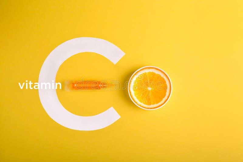 血清和化妆用品与维生素C 从柑橘水果的精油 免版税库存图片