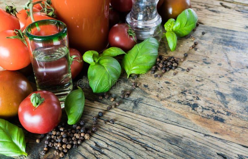 血玛莉酒在一张土气木桌上的饮料成份 免版税库存照片