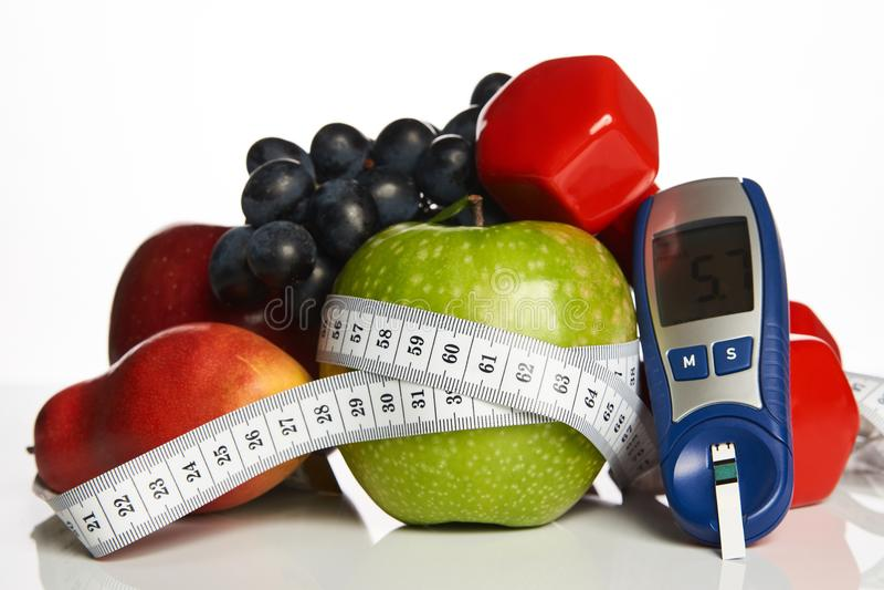 血糖控制用健康有机食品和哑铃与 库存图片